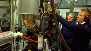 Professor Seppo Niemi och Olav Nilsson, laboratorieingenjör vid Novia.