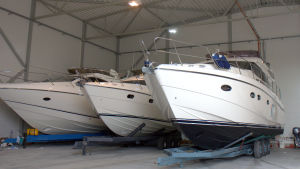 Här i Hydrolinks hall vinterförvaras de riktigt fina båtarna.