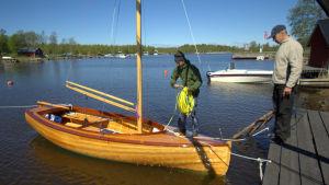 Fredrik Östman och Jan Backman visar upp den nybyggda segelbåten.