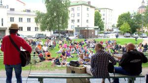 Peter Svanström med vänner underhåller med musik under picknicken mot kärnkraft.