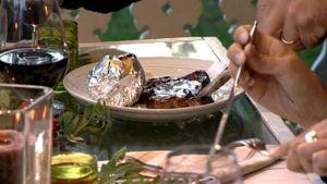 Flamstekt lövbiff med grillpotatis.