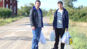 Mahmud Abdil Karim de Attikriti och Ahmed Mohammad abdul Ahman måste gå flera kilometer för att handla mat.