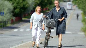 Anci Jylhä och Johanna Stenback ogillar de släckta gatlyktorna i Vasa nattetid.