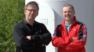 Johan Backlund och Dan Norrgård planerar för ett hundra meter högt vindkraftverk i Pensala.