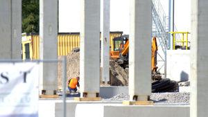 Byggarbete vid det som ska bli Nykos nya fryshall i Nykarleby.