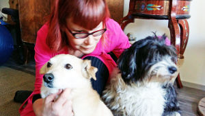 Anne-Marie Vartti kotonaan koirien kanssa