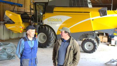 Martin Edman och Christian Storm vid skördetröskan som stått stilla en vecka.