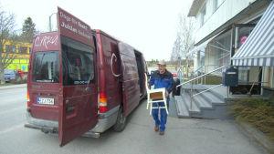 Här i Solf centrum har Cirka's varit postombud. Karl-Erik Lindholm bär ut sakerna.