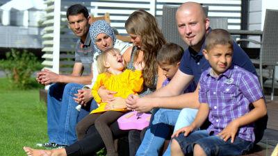 Tariq Al Baradan och Wala Al Rwasheda med barnen Mohammad och Mutaz samt Linnea och Daniel Svenlin med dottern Venla.