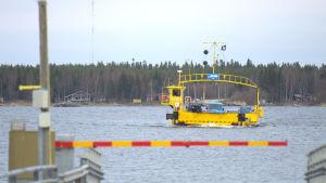 Färjan på väg från Bergö mot fastlandet.