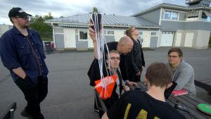 Jonas Förste, Patrick Dahlin, Jan Holmgård, Viktor Finnholm, Henrik Stubb occh Jonas Solvin gör sig redo för att testa sin satellit.