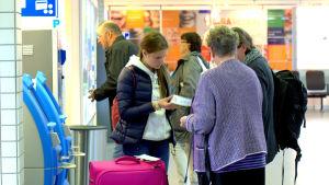 Avgångshallen vid Vasa flygplats. Elin Alette Mjösund har precis fått sin biljett.