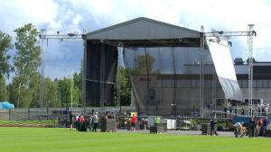 Scenen har rests under torsdagen på Centralplanen i Jakobstad.