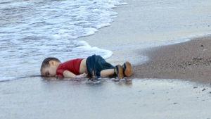 Den syriske pojken Alan Kurdi drunknad på stranden vid Bodrum.
