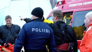 Sjöbevakare, polis och räddningstjänsten på ett räddningsuppdrag vid Replotbron.
