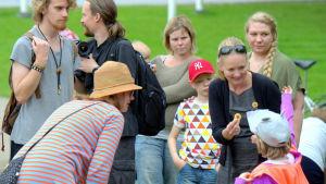 Christin Furu delar ut pins i Skolparken till de som motsätter sig kärnkraft.