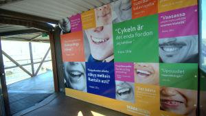 Det här är den enda ordentliga färgklicken som passagerarna från Sverige möter då de kommer till Vasa i dag.