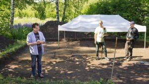 Jan Fast seisoo Vantaan Jokiniemen kaivausalueella arkeologian opiskelijoiden kanssa