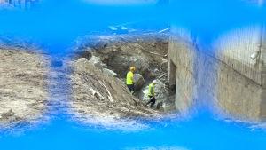 Byggarbetare jobbar med saneringen av Sandvikens hälsostation i Vasa.