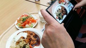 ruokailija ottaa valokuvan lounasannoksestaan