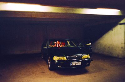 Musta Volvo, jonka kyytiin on ahtautunut somalitytöjä