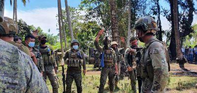 Soldater jobbar vid plats där ett flygplan kraschat i Filippinerna 4.7.2021.