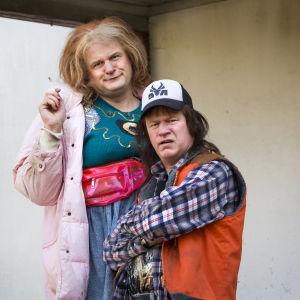 Johan Rheborg och Robert Gustafsson poserar som Monica och Tobias.