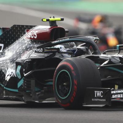 Valtteri Bottas kör i kurva framför Hamilton och Verstappen.