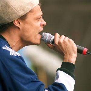 Bomfunk MC's:n Raymond Ebanks laulaa mikrofoniin