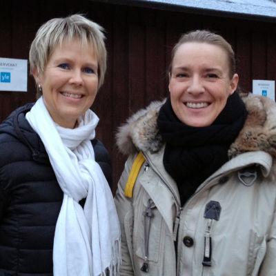 Birgitta Udd och Daniela Andersson står ute med ytterkläderna på.