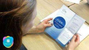 En flicka bläddrar i en broschyr om flexklassen.