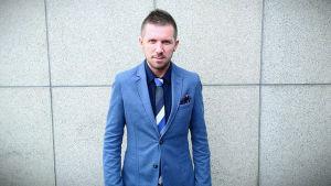 Johnny Axelsson i blå kostym.
