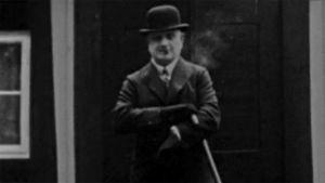 Jean Sibelius Ainolan edustalla (1927).