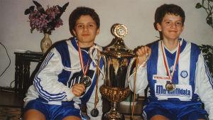 Dokumenttielokuva Kotimaa Kosovo-Suomi kertoo jalkapallon ja politiikan kentiltä tutun sisarusryhmän tarinan.