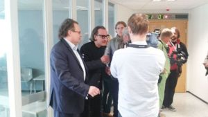 Esa Saarinen blir intervjuad utanför tingssalen inför rättegången mot mannen som knivhögg honom.