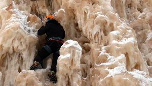 Toimittaja Reetta Arvila jääkiipeilemässä.