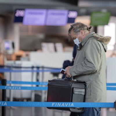 En man på flygfältet i Helsingfors-Vanda.