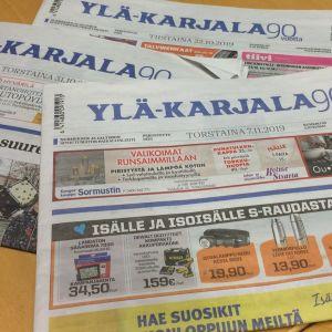 Ylä-Karjala paikallislehtiä pöydällä.