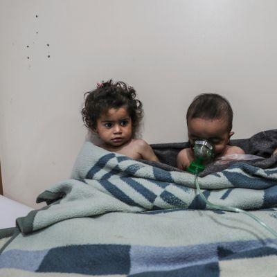 Lapsia sairaalahoidossa kaasuiskun jälkeen Itä-Ghoutassa, Syyriassa helmikuussa 2018.