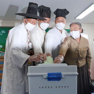 Perinteisiin asuihin pukeutunut perhe äänesti Nonsanissa, Etelä-Koreassa 15. huhtikuuta.