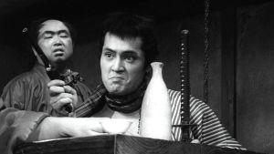 Gangsteri (Tatsuya Nakadai) osoittelee revolverillaan elokuvassa Yojimbo – onnensoturi