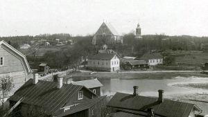 En svartvit bild över sundet och kyrkan i Pargas