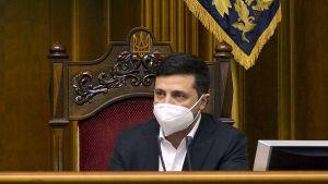 Ukrainas president Volodymyr Zelenskyi sitter med munskydd i parlamentet den 30 mars 2020.