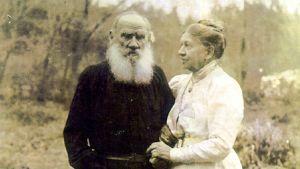 Fotografi av Leo Tolstoj med hustrun Sofia Tolstoj den 23 september 1910 på parets 48:e bröllopsdag, en kort tid innan Leo Tolstoj i vredesmod avvek från hemmet och snart därefter dog på en järnvägsstation.