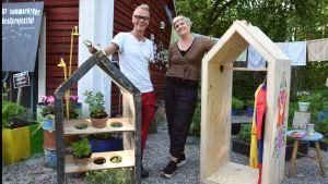 Jim och Camilla och två små trädgårdshus.