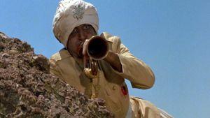 Hrundi V. Bakshi (Peter Sellers) intialaisen sotilaan roolissa elokuvassa Pahuksenmoiset pirskeet