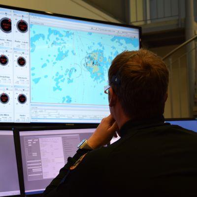 Operaattori Robin Lindström, Länsi-Suomen merivartioston johtokeskus.