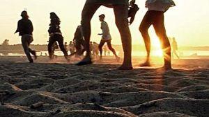 Unga springer på en strand