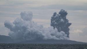 Vulkanön Krakatau fotograferad fredagen den 28 december, knappt en vecka efter utbrottet som utlöste en dödlig tsunami