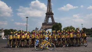 Cykelteam framför Eiffeltornet i Paris.